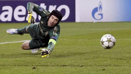 MÅTTE GI TAPT: Petr Cech måtte se tre baller gå i nettet tirsdag kveld. (Foto: ALESSANDRO GAROFALO/Reuters)