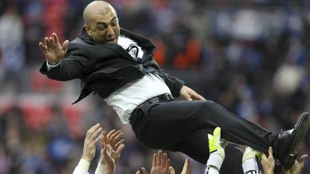 PÅ   GULLSTOL: Di Matteo ble hyllet av spillerne etter Mesterliga-triumfen.   Fire måneder senere har han fått sparken. (Foto: Nick Potts/Pa Photos)