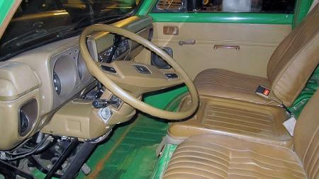 Lakkert metall, beige vinyl og ikke altfor eksklusiv plastikk preger førermiljøet i den overraskende flotte bilen til Erik. Det er ren så man er tilbake i 1978 når man ser den. (Foto: Privat)
