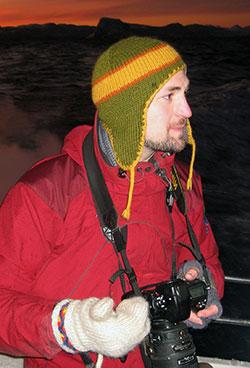 Fredrik Broms på jakt etter hval i 2010, med GPS på kamera for å registrere akkurat hvor bildene ble tatt. (Foto: Privat)