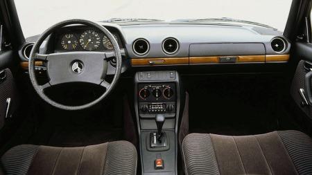 Det er noe veldig traust over interiøret i en Mercedes 123-bil. Men med de sene modellenes ratt og det mest eksklusive ribbede velourtrekket som her er den både tidløs og elegant fremdeles.