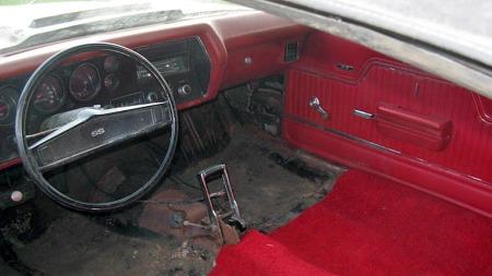 Interiøret domineres av den doble Hurst-skifteren til TH400-automaten. Dørsider og dashboard rakk heller ikke å bli særlig slitt før bilen ble påbegynt restaurert, men de separate frontstolene er i løpet av årene blitt borte. (Foto: eBay)