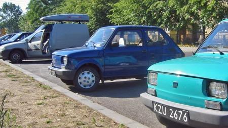 Selv i Polen skilte Comboen seg ut. De små og billige bilene her var enda mindre - men mer fargerike. (Foto: Lars Jørnar Buer)