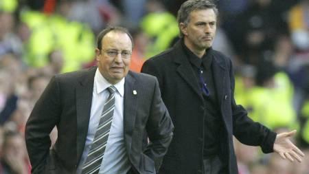 RIVALER: Benitez og Mourinho under kamp i mai 2007. (Foto: TOM HEVEZI/AP)