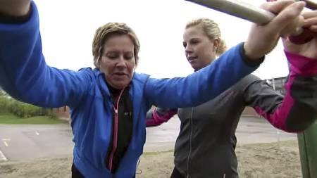 SLITEN: Linda Holbø hadde aldri trent før hun ble med i «Sporty: Gjør livet lettere!». Hun ble pushet hardt på trening av personlig trener Anne Marte Sneve. Rådene har hun tatt med seg videre. (Foto: TV 2)