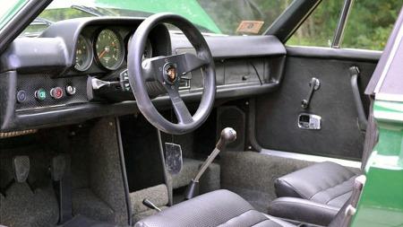 Rattet er åpenbart byttet ut med et lite, moderne sportsratt   i løpet av de siste årene, bortsett fra det virker førermiljøet rimelig   urørt, og med den slitasjen man kan forvente på en 42 år gammel bil.   (Foto: eBay.com)