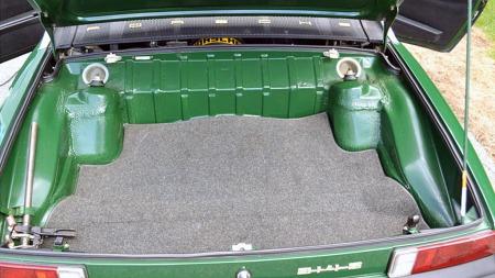 Gamle 914-biler var kjent for å ruste ganske friskt. Dette eksemplaret   ser ut til å ha klart seg bra - de litt lurvete sveiseskjøtene i det   bakre bagasjerommet er som de så ut originalt fra fabrikken. (Foto: eBay.com)
