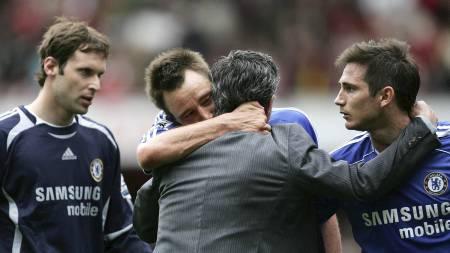 José Mourinho klemmer John Terry, mens Petr Cech og Frank Lampard ser på. (Foto: TOM HEVEZI/AP)