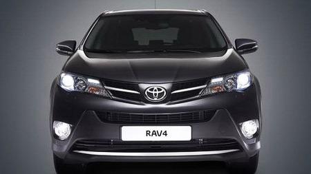 Ny Toyota-front er på plass, også på RAV4. Forfra er ikke SUV-faktoren veldig stor.