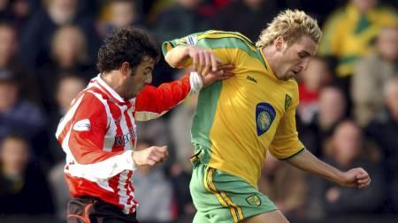 NORWICH-SEIER I 2003: Sunderlands Julio Arca i duell med Norwichs   Darren Huckerby i en kamp mellom lagene i 2003. Den gangen endte det   1-0 til hjemmelaget på Carrow Road. (Foto: Tony Marshall/Pa Photos)