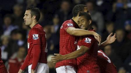 FEIRER SCORING: Anderson gratuleres av lagkameratene etter å ha satt inn sitt femte mål i Premier League-historien. (Foto: EDDIE KEOGH/Reuters)