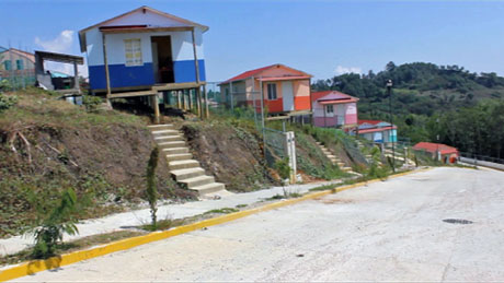 SPØKELSESBY: De få innbyggerne i Santiago el Pinar forteller   at de mangler både vann og strøm, og at takene lekker når det regner.