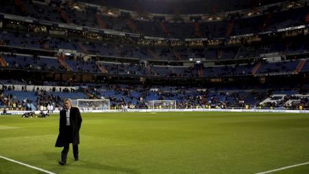 MØTTE FANSEN: Jose Mourinho møtte publikum 40 minutter før kamp. (Foto: PAUL HANNA/Reuters)