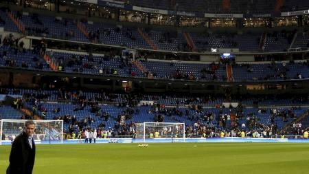 MØTTE FANSEN: José Mourinho. (Foto: PAUL HANNA/Reuters)
