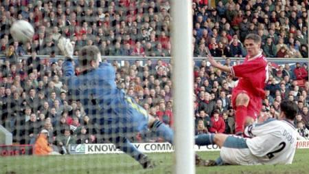 Michael Owen scorer ett av sine to mål mot Southampton i 1998, men gjestene vinner denne kampen 3-2. (Foto: PA/AP)