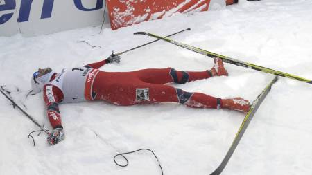 Petter Northug var helt utslitt etter jaktstarten i Kuusamo der han vant minitouren sammenlagt. (Foto: MARKKU ULANDER/Afp)