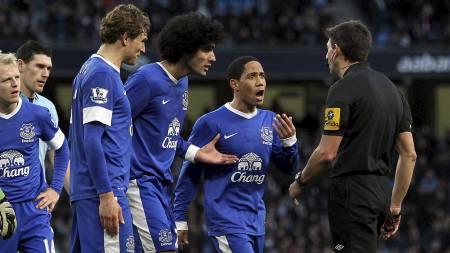 KRANGLET MED DOMMEREN: Everton-spillerne var langt ifra enige i avgjørelsen som gav straffespark og 1-1 på Etihad Stadium. (Foto: Ian MacNicol/Afp)
