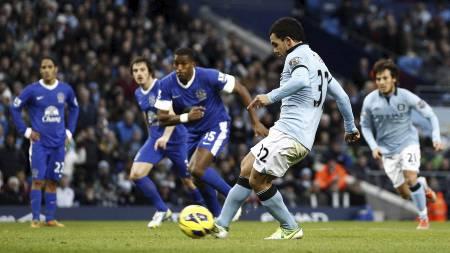ISKALD TÉVEZ: Manchester Citys stjernespiss setter inn 1-1 fra straffemerket på Etihad. (Foto: JON SUPER/Ap)