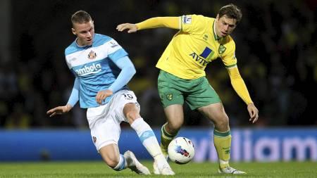 ENGELSK TALENT OG RUTINE: Sunderlands Connor Wickham (19 år)   og Norwichs Grant Holt (31 år) i duell i fjorårets tilsvarende oppgjør.   (Foto: Chris Radburn/Ap)