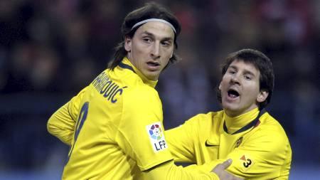 GAMLE LAGKAMERATER: Zlatan og Messi spilte sammen i Barcelona i 2010. (Foto: LLUIS GENE/AFP)