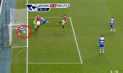 Robin van Persie fikk ikke godkjent denne scoringen mot Reading. (Foto: PLP)