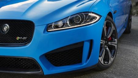 Ny frontspoiler med enorme luftinntak, enda bredere hjul og et usynlig, men totalt omarbeidet hjuloppheng skiller XFR-S fra en
