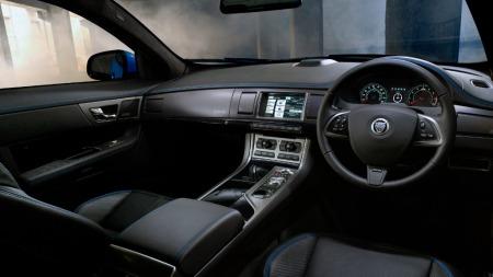 Jaguarens interiør er ikke direkte lekent, ei heller på sportsversjonene. XFR-S får skinn i