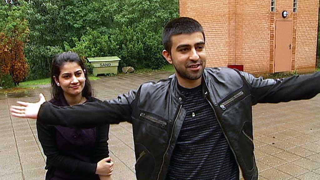 FÅR BLI: Fozia og Abbas Butt vant over Norge i Den europeiske menneskerettighetsdomstolen. Bildet er tatt da søsknene gikk ut av kirkeasylet i Holmlia kirke i juni 2010. (Foto: TV 2)