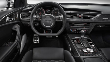 Slik ser det ut inne i nye RS 6. Og bak dette rattet kan du altså oppleve å kjøre i over 300 km/t.