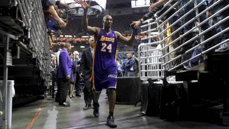 HYLLET: Kobe Bryant ble hyllet av fansen etter kampen mot New Orleans Hornets. (Foto: JONATHAN BACHMAN/Reuters)
