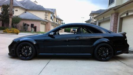 19 toms felger i sort passer bra på den sorte bilen. Stian har også bygget inn bur, i tillegg til å modifisere den ytterlig for å få både mer power og bedre baneegenskaper. (Foto: Privat)