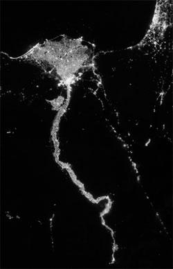 Lysene avslører Nilen, som slanger seg sørover fra Kairo i nord. Det er mulig å se noen lysflekker fra båter i havet. (Foto: NASA)