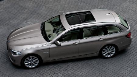 BMW 5-serie er en lekker og svært velkjørende stasjonsvogn - og drømmebilen til mange norske familier.