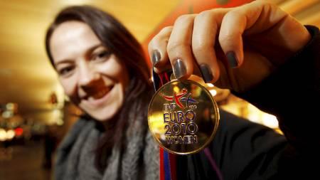 SLO SVERIGE SIST: Kari Mette Johansen poserer med gullmedaljen etter EM-finalen mot Sverige i 2010. (Foto: Larsen, Håkon Mosvold/NTB scanpix)