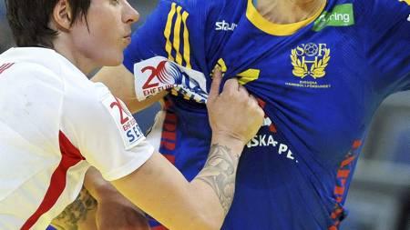 Sveriges Linnea Torstenson i duell med Anja Edin. (Foto: ANDREJ ISAKOVIC/Afp)