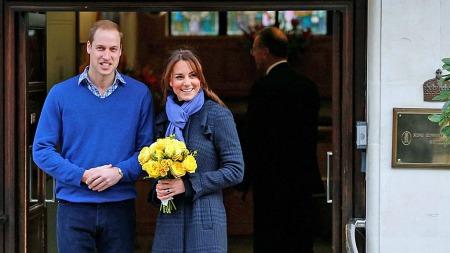 LYKKELIGE OMSTENDIGHETER: Hertuginnen av Cambridge, Catherine, forlater sykehuset med sin prins William etter å ha vært innlagt for akutt morgenkvalme i forbindelse med graviditeten. (Foto: Adnrew Winning/Reuters)