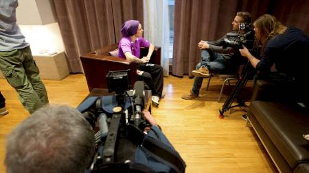 Anja Edin var ettertraktet for mediene under håndballandslagets pressetreff på spillerhotellet i Beograd onsdag. (Foto: Larsen, Håkon Mosvold/NTB scanpix)