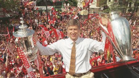 DETTE VIL ARSENAL-FANSEN SE: Arsenals supportere krever at Arsene Wenger igjen bringer trofeer til Arsenal. (Foto: JOHN STILLWELL/AP)