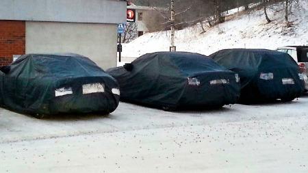 BURKA-BIL: Mercedes-bilene ble dekket til med svart presenning da testførerne var inne for å handle på Coop på Høylandet.  (Foto: Tor Ivar Viken, namdalsavisa.no/ANB)