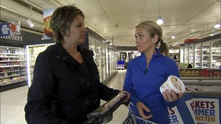 HANDLER SMART: Sporty-deltaker Linda Holbø og kost- og livsstilsrådgiver Siri Marte Hollekim på sunn handletur. (Foto: TV 2/)