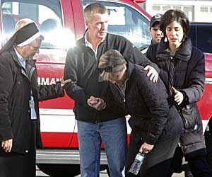 PREGET AV TRAGEDIEN: Slektninger samlet utenfor barneskolen Sandy Hook.