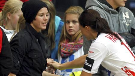 Gro Hammerseng  får klem av Anja Edin etter at Norge  vant 33-22 mot Frankrike under håndball-EM i Håkons Hall. (Foto: Kallestad, Gorm/NTB scanpix)
