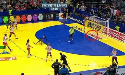 Straffekastet fra Frankrike mot Serbia ble ikke godkjent som mål, men tv-bildene tyde rpå at ballen var over streken. Serbia vant til slutt og gikk til semifinale. (Foto: TV 2)