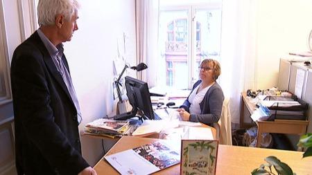 HOLDER KONTROLL: Innsamlingskontoret holder kontrollen med de som driver pengeinnsamling i Norge. Men det er kun de som selv melder seg, som blir kontrollert. Børre Hagen er leder av Innsamlingskontrollen. (Foto: TV 2)