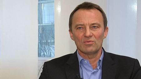 SLÅR ALARM: PSTs analysesjef, Jon Fitje, ber om strengere lovverk for utføring av penger fra Norge. (Foto: TV 2)