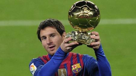 GULLBALLGROSSIST: Messi viser fram sin tredje Balon d'Or   på Camp Nou den 15. januar i år. (Foto: AFP PHOTO/ JOSEP LAGO)