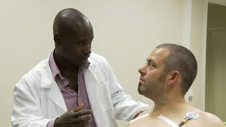 SJOKKBESKJED: Sporty-lege Oscar Ohene Asante og deltaker Frank Bjørung på legesjekk. (Foto: TV 2/)