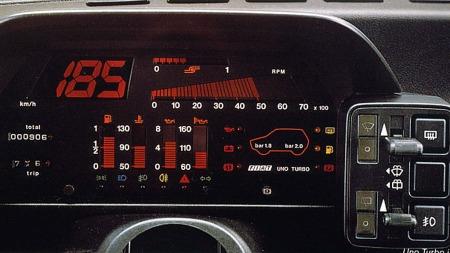 Dashbord fra Fiat Uno Turbo. Gjett om dette var tøft i 1985? Men som vanlig - elektronikk og Italienere er en dårlig kombinasjon.