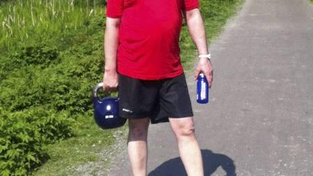 20 KILO EKSTRA: Hans hadde 20 kilo ekstra vekt på magen da han begynte treningsopplegget. Han skjønte hvor tungt dette er for kroppen da han måtte løpe med en 20 kilo tung kettlebell på en av treningsøktene. (Foto: Privat/)