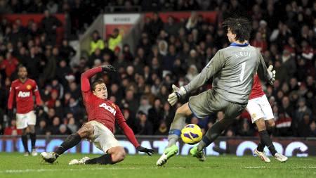 AVGJØRELSEN: Javier Hernández kaster seg inn og setter inn 4-3 på Old Trafford. (Foto: Martin Rickett/Pa Photos)